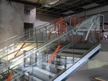 accès mezzanine avec rampe vitrée